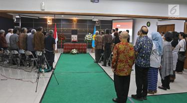 Suasana Prosesi Duka Cita dan Penghormatan atas wafatnya  HS Dillon di kantor Komnas HAM, Jakarta. Kamis (19/9/2019). Abu Jenazah HS Dillon akan disemayamkan di Kantor Komnas HAM dan Merayakan Kehidupan HS.Dillon. (Liputan6.com/Herman Zakharia)