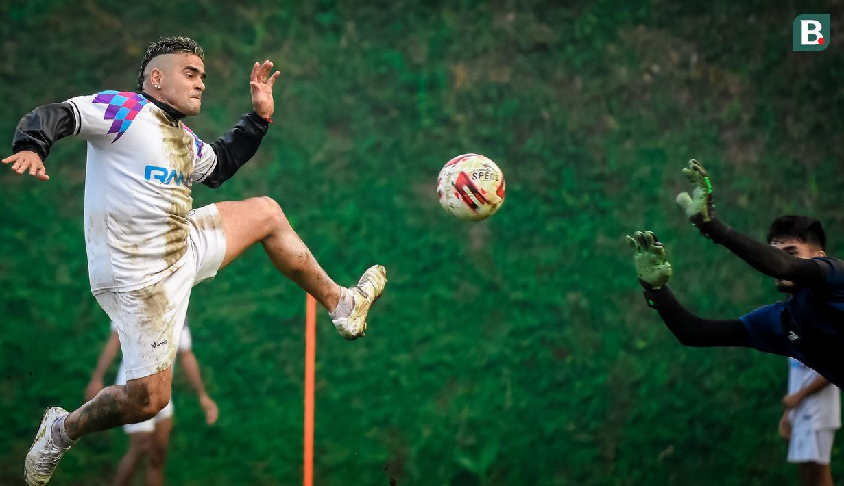 Pemain RANS Cilegon FC, Cristian Gonzales saat melakukan sesi latihan jelang pertandingan ujicoba melawan Arema FC di Lapangan Kusuma Agro Wisata, Kota Batu. (Foto: Bola.com/Iwan Setiawan)