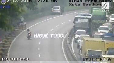Akibat takut ditilang polisi lantaran tak pakai helm saat berboncengan, dua pemotor nekat melarikan diri ke jalan tol. Kejadian ini diparodikan dalam lagu 'Sayur Kol'.