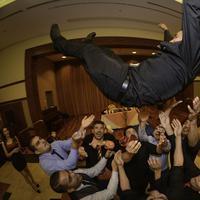 Sungguh kasihan, pengantin pria ini jatuh ke lantai saat diarak oleh teman-temannya. (Via: pinterest.com)