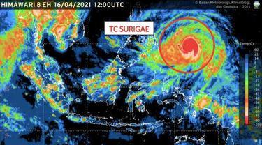 Citra satelit Himawari terkait adanya Siklon Tropis Surigae (lingkaran merah) di wilayah perairan Samudera Pasifik utara Papua Barat pada Jumat (16/4).