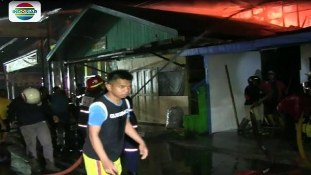 Selain menghanguskan 3 rumah, dua anggota pemadam juga terluka, salah satunya  akibat terkena semprotan air saat berusaha memadamkan api.