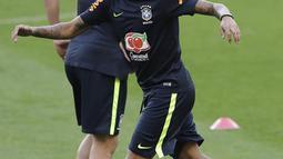 Striker Brasil, Neymar, mengikuti sesi latihan bersama timnas Brasil jelang laga kualifikasi piala dunia 2018 di Porto Alegre, Brasil, Selasa (29/8/2017). Brasil akan berhadapan dengan Ekuador. (AP/Andre Penner)