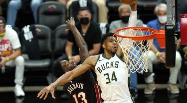 Pebasket Milwaukee Bucks, Giannis Antetokounmpo (putih), ketika melawan Miami Heat dalam play-off NBA 2020/2021.