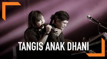 Konser reuni Dewa 19 di Malaysia tetap digelar meski Ahmad Dhani menjalani masa tahanan. Tangis putra sulung dan bungsu Dhani pecah ketika konser berlangsung.