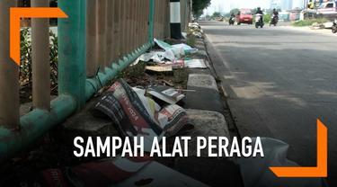Alat peraga Kampanye (APK) berserakan di sepanjang kalan Sunter Jakarta Utara.  Selain berserakan ssejumlah APK masih terpasang di sekitar permukiman warga, seperti Jalan Sunter Bentengan Raya.