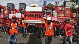 Peserta aksi dari sejumlah elemen buruh mengikuti aksi memperingati Hari Buruh Sedunia di kawasan Bundaran HI, Jakarta, Rabu (1/5/2019). Massa aksi dalam peringatan Hari Buruh 2019 tidak dapat mendekati Istana Merdeka lantaran tertahan di kawasan tersebut. (Liputan6.com/Johan Tallo)