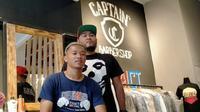Penyerang Arema FC, Dendi Santoso, bersama partnernya, Hermansyah, ketika memperkenalkan bisnis barbershop yang mereka jalankan. (Bola.com/Iwan Setiawan)
