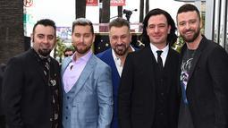 Personel boyband NSYNC Chris Kirkpatrick, Lance Bass, Joey Fatone, JC Chasez dan Justin Timberlake berfoto bersama sambil menginjakan kakinya di bintang Hollywood Walk of Fame di Los Angeles (30/4). (Jordan Strauss / Invision / AP)