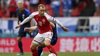 Pemain Denmark Christian Eriksen mengontrol bola saat pertandingan Grup B Euro 2020 melawan Finlandia di Parken Stadium, Kopenhagen, Sabtu (12/6/2021). (Stuart Franklin/Pool via AP)