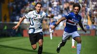 Pemain Inter Milan, Matteo Darmian, membawa bola dibayangi oleh pemain Sampdoria, Tommaso Augello, dalam laga giornata ketiga Serie A Liga Italia di Stadio Luigi Ferraris, Minggu (12/9/2021). Pertandingan tersebut berakhir imbang 2-2. (Marco BERTORELLO / AFP)