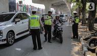 Polisi lalu lintas memberhentikan pengendara sepeda motor saat pelaksanaan Operasi Zebra Jaya 2019 di Jalan Boulevard Gading Raya, Jakarta, Kamis (24/10/2019). Polda Metro Jaya menggelar Operasi Zebra Jaya hingga 5 November mendatang guna menekan pelanggaran lalu lintas. (Liputan6.com/Faizal Fanani)