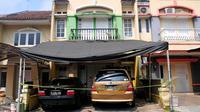 Kondisi rumah yang ditinggali oleh 5 anak yang ditelantarkan orangtuanya di Perumahan Citra Gran, Cibubur, Jawa Barat, Jumat (15/5/2015). Dua mobil tampak terparkir di depan rumah yang terlihat mewah tersebut. (Liputan6.com/Yoppy Renato)