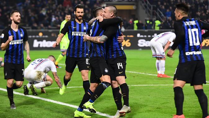 Gelandang Inter Milan Radja Nainggolan (tengah kanan) memeluk Danilo D'Ambrosio usai mencetak gol ke gawang Sampdoria pada Serie A di Stadion San Siro, Milan, Minggu (17/2). Nainggolan mencetak gol penentu bagi Inter Milan. (Miguel MEDINA/AFP)