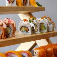 Kini kamu bisa nikmati enam varian sushi yang bisa kamu share bersama orang-orang terkasih. (Fotografer: Daniel Kampua/FIMELA.com)