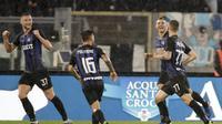 Para pemain Inter Milan merayakan gol yang dicetak ke gawang Lazio dalam laga lanjutan Serie A di Stadion Olimpico, Selasa (30/10/2018) dini hari WIB. (AP Photo/Alessandra Tarantino)