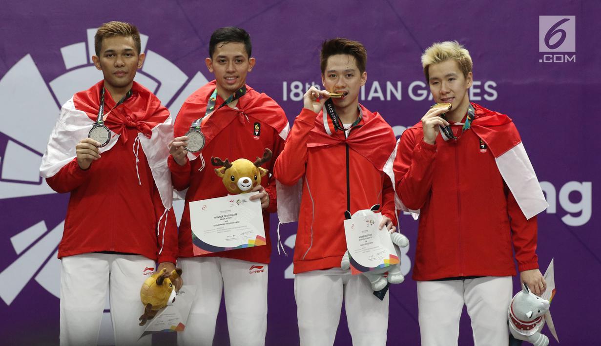 Ganda putra Indonesia, Kevin Sanjaya S/Marcus F Gideon dan Fajar Alfian/M Rian Ardianto di podium kemenangan usai Final Bulutangkis Asian Games 2018 di Istora GBK, Jakarta, Selasa (28/8). Indonesia meraih emas dan perak. (Liputan6.com/Helmi Fithriansyah)