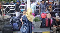 Pemudik pengguna jasa kereta api memadati Stasiun Pasar Senen, Jakarta Pusat, Selasa (12/6). Puncak arus mudik di Stasiun Pasar Senen diperkirakan terjadi hari ini atau H-3 Idul Fitri. (Liputan6.com/Faizal Fanani)