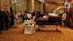 Keluarga dan kerabat berkumpul dekat peti jenazah almarhum pengusaha Ciputra saat disemayamkan di Gedung Ciputra Artpreneur, Jakarta, Kamis (28/11/2019). Pendiri Ciputra Group tersebut meninggal pada 27 November 2019 karena sakit. (Liputan6.com/Johan Tallo)