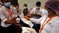 Para petugas Komisi Pemilihan Umum menghitung suara dalam pemilu multipartai di sebuah tempat pemungutan suara di Yangon, Myanmar, pada 8 November 2020. Myanmar sukses menyelesaikan pemungutan suara pemilu multipartai di seluruh negara tersebut pada Minggu (8/11) sore. (Xinhua/U Aung)