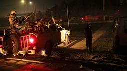 Pasukan keamanan berjaga di dekat Hotel Intercontinental setelah serangan mematikan di Kabul, Afghanistan, Sabtu (20/1). Seorang pejabat Afghanistan mengatakan sekelompok orang bersenjata menyerang Hotel Intercontinental. (AP Photo/Massoud Hossaini)