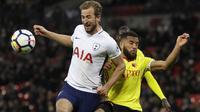 Duel pemain Tottenham, Harry Kane (kiri) dan pemain Watford, Adrian Mariappa pada lanjutan Premier League di Wembley stadium, London, (30/4/2018). Tottenham menang 2-0. (AP/Kirsty Wigglesworth)