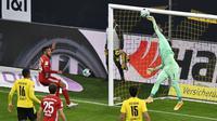 Penjaga gawang Dortmund Roman Buerki melakukan penyelamatan selama pertandingan sepak bola Bundesliga Jerman antara Borussia Dortmund dan Bayern Munich di Dortmund, Jerman, Sabtu, 7 November 2020. (Foto AP / Martin Meissner, Pool)