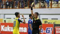 Pemain Persiba Balikpapan, Iqbal Samad menegur wasit, Tabrani dan menerima kartu kuning saat melawan Persib Bandung pada lanjutan Torabika SC 2016 di Stadion Wibawa Mukti, Cikarang, Sabtu (1/10/2016). (Bola.com/Nicklas Hanoatubun)