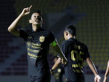 Penyerang PSIS Semarang Hari Nur Yulianto melakukan selebrasi usai mencetak gol ke gawang Barito Putra pada laga Piala Menpora di Stadion Manahan, Solo, Minggu (21/3/2021). Pertandingan berakhir dengan skor 3-3. (Bola.com/M Iqbal Ichsan)