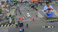 Tanpa helm dan melanggar lalu lintas, bapak ini mencari kutu saat berhenti menunggu lampu lalu hijau di persimpangan jalan Cibaduyut, Bandung. (@atsc.kotabandung)