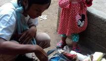 Ayah muda bekerja sambil mengasuh putrinya | Sumber Foto:  facebook.com/zenzen.ayaheyogafela