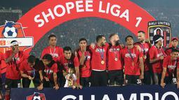Para pemain Bali United merayakan gelar juara Liga 1 2019 di Stadion Kapten I Wayan Dipta, Bali, Minggu (22/12). Bali berada di peringkat satu dengan meraih 64 poin. (Bola.com/Aditya Wany)