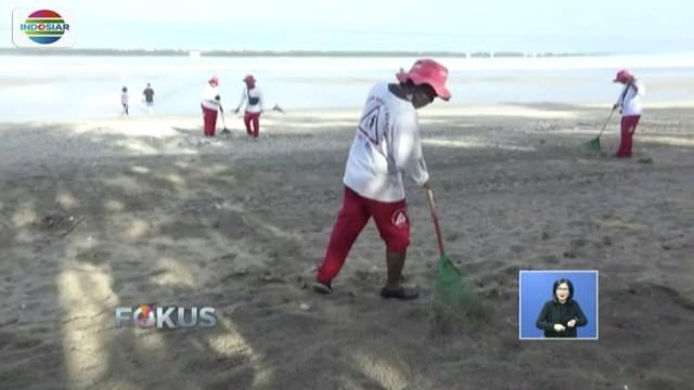 Petugas kerahkan alat berat untuk bersihkan sampah di Pantai Kuta, Badung, Bali.
