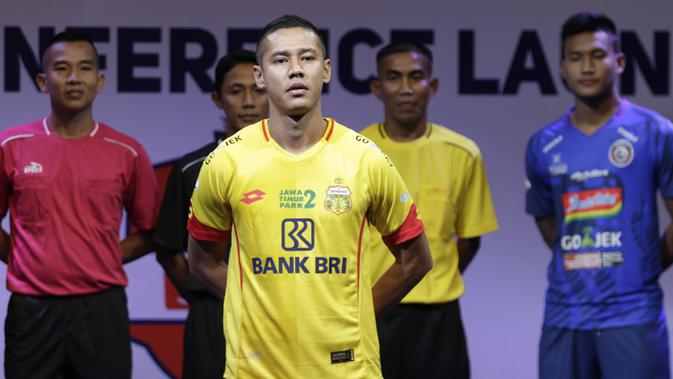 Pemain Bhayangkara FC, Indra Kahfi berpose saat Peluncuran Shopee Liga 1 di SCTV Tower, Jakarta, Senin (13/5). Sebanyak 18 klub akan bertanding pada Liga 1 mulai tanggal 15 Mei. (Bola.com/Vitalis Yogi Trisna)