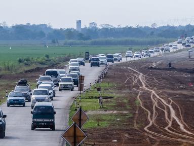 Kendaraan melintas di tol fungsional (tol darurat) Brebes Timur-Pemalang di Tegal, Jawa Tengah, Jumat (30/6). Pada arus balik H+5 kendaraan yang melintas di tol fungsional melonjak lebih dari 1.063. (Liputan6.com/Faizal Fanani)
