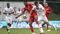 Pemain Tunisia, Saber Khalifa (tengah) berebut bola dengan pemain Portugal, Ruben Dias pada laga uji coba di Estadio Municipal de Braga, (28/5/2018) waktu setempat. Portugal dan Tunisia bermain imbang 2-2. (AP/Luis Vieira)