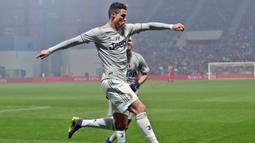 Striker Juventus, Cristiano Ronaldo, melakukan selebrasi usai membobol gawang Sassuolo pada laga Serie A di Stadion Mapei, Minggu (10/2). (AP/Elisabetta Baracchi)