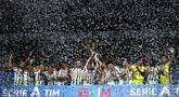 Para pemain Juventus melakukan selebrasi usai menjuarai Serie A musim 2019-20 di Stadion Allianz, Sabtu (1/8/2020). Perayaan tersebut sedikit ternodai setelah Juventus harus takluk dari AS Roma dengan skor 1-3. (Photo by Isabella BONOTTO / AFP)
