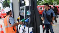 Petugas melakukan pengecekan mesin pengisian BBM di SPBU Vivo di kawasan Cilangkap, Jakarta, Kamis (26/10). SPBU tersebut akan menyalurkan BBM bensin Research Octane Number (RON) 89, 90, dan 92 dengan merk Revvo. (Liputan6.com/Helmi Fithriansyah)
