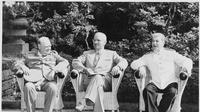 Pemimpin Tiga Negara Besar atau the Big Three pada sesi awal Konferensi Potsdam; Winston Churchill (PM Inggris), Harry S Truman (Presiden AS), dan Josef Stalin (Pemimpin Uni Soviet). (Wikimedia Commons / USNARA)
