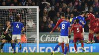 Pemain Liverpool Roberto Firmino (kanan) mencetak gol ke gawang Leicester City pada pertandingan Liga Inggris di King Power Stadium, Leicester, Inggris, Kamis (26/12/2019). Liverpool menang 4-0. (Oli SCARFF/AFP)