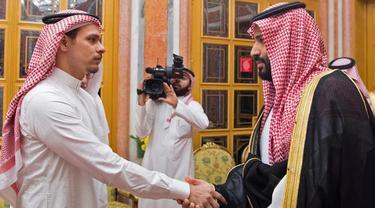 Putra Mahkota Mohammed bin Salman menemui anggota keluarga dari mendiang jurnalis Jamal Khashoggi di Istana Kerajaan Saudi di Riyadh, Selasa (23/10). Dalam pertemuan, keluarga Khasoggi diwakili sang putra, Salah dan saudaranya, Sahel. (Handout/SPA/AFP