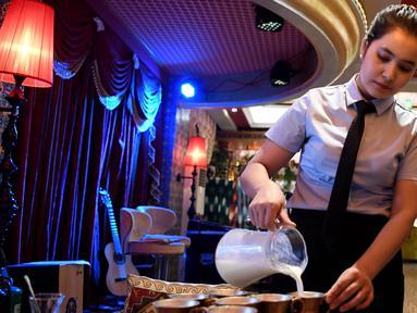 "Pramusaji bekerja di sebuah restoran di ""Dove Lane"", sebuah area wisata di kota tua Tuancheng, Kota Hotan, Daerah Otonom Uighur Xinjiang, China barat laut (27/6/2020). Gezixiang atau ""Dove Lane"", yang terletak di kota tua Tuancheng, Kota Hotan, dulu adalah tempat orang berdagang merpati. (Xinhua/Sad"