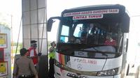 Bus AKAP asal Kota Medan Sumut yang nekat membawa penumpangnya dari Medan mudik ke Pulau Jawa, akhirnya disuruh putar balik di Kabupaten OKI Sumsel (Dok. Dishub OKI Sumsel / Nefri Inge)