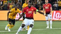 Gelandang Manchester United, Paul Pogba, mengeksekusi penalti yang berujung gol ke gawang Young Boys pada laga Grup H Liga Champions, di Stade de Suisse, Rabu (19/9/2018). (AFP/Alain Grosclaude)