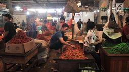 Aktivitas pedagang cabai di Pasar Induk Kramat Jati, Jakarta, Senin (8/7/2019). Harga cabai merah besar di pasar tersebut naik mencapai Rp55 ribu per kg, sedangkan cabai rawit menjadi Rp50 ribu per kg dan cabai rawit hijau pada kisaran Rp 60 ribu per kg. (merdeka.com/Iqbal S Nugroho)