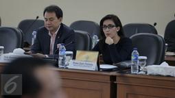 Ketua Pansus Rieke Dyah Pitaloka dan wakil ketua Pansus Pelindo II, Aziz Syamsudin saat berdiskusi di ruang rapat Gedung BPK, Jakarta, Senin (16/11). Pansus DPR RI meminta BPK mengaudit investigasi Pelindo II. (Liputan6.com/Faizal Fanani)