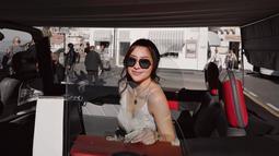 Selain untuk menghalau panas, kacamata hitam juga menjadi fashion item yang dapat menunjang penampilan Nikita. Dengan tampil menggunakan kacamata hitam, istri dari Indra Priawan ini pun nampak makin modis. (Liputan6.com/IG/nikitawillyofficial94)