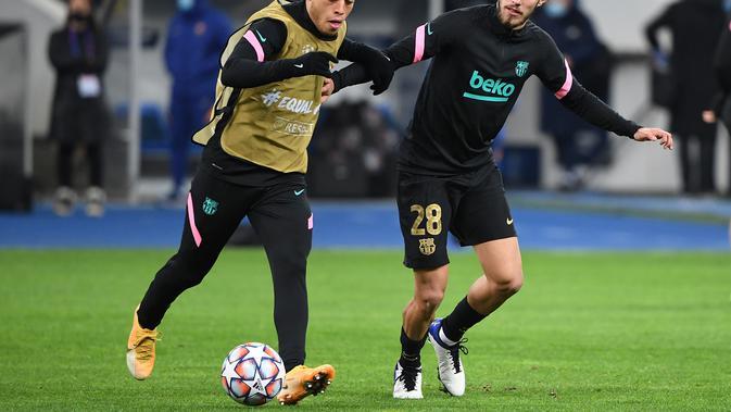 Oscar Mingueza mendapat kesempatan untuk memperkuat tim utama Barcelona saat bertemu Dynamo Kiev di ajang Liga Champions (Sergei SUPINSKY / AFP)