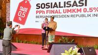 Salah seorang pengusaha berfoto bersama Presiden Jokowi dalam sosialisasi PPh Final UMKM 0,5% di Sanur, Bali, Sabtu (23/6). Pengusaha itu lebih memilih berfoto bersama Jokowi dibandingkan mendapat hadiah sepeda. (Liputan6.com/Pool/Biro Pers Setpres)